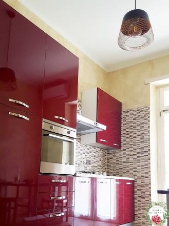 Cucina completa di forno, frigorifero, microonde, macchinetta caffè Nespresso, bollitore e tostapane.