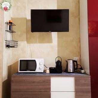 TV, microonde, macchinetta caffè Nespresso, bollitore.